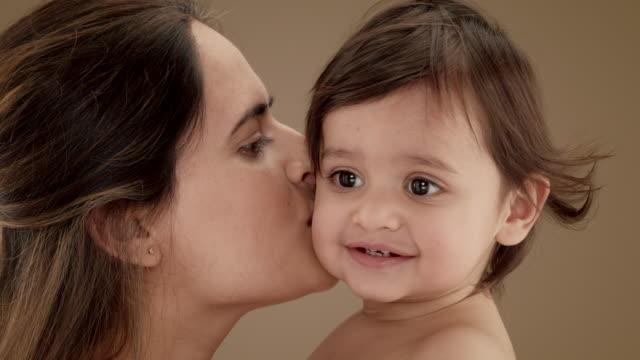 vidéos et rushes de close up of mother kissing baby boy (11-12 months) - 12 17 mois