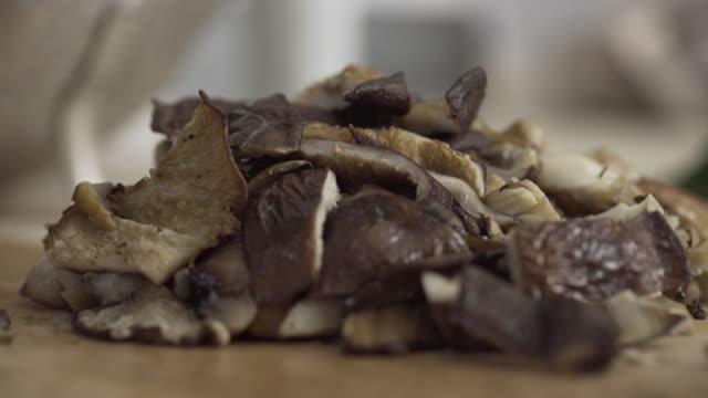 vidéos et rushes de close up of mushrooms - fondu d'ouverture