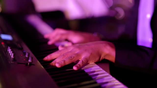 vidéos et rushes de gros plan du musicien main plauing paino - doigt humain