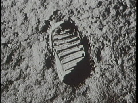 close up of neil armstrong's foot and his footprint on the moon. - 人の足跡点の映像素材/bロール