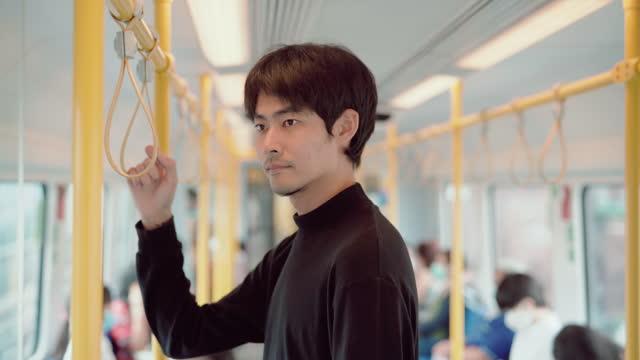närbild av en ung manlig student reser för att studera med tunnelbanetåg - gul bildbanksvideor och videomaterial från bakom kulisserna