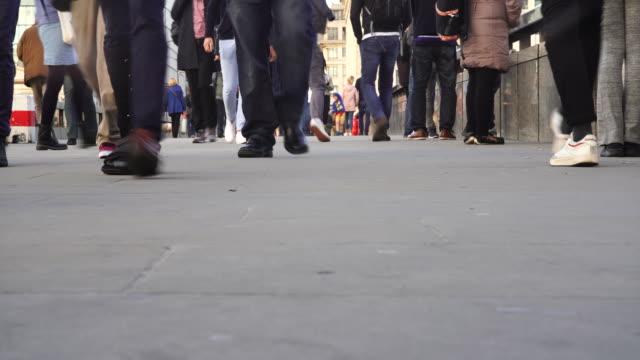 vídeos de stock, filmes e b-roll de close up of peoples feet walking during rush hour. - mala de rodinhas