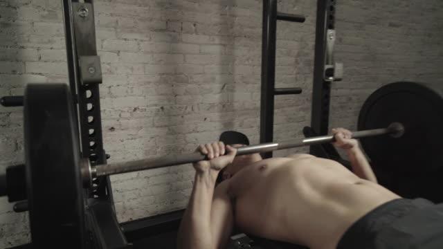 vídeos y material grabado en eventos de stock de close up of person bench pressing - press de banca