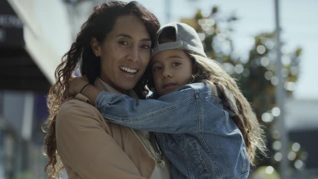 vídeos y material grabado en eventos de stock de close up of portrait of smiling mother and daughter in city / san francisco, california, united states - gorra de béisbol