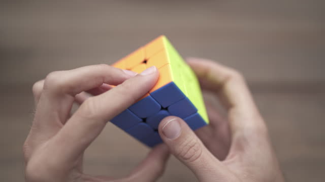 vidéos et rushes de close up of puzzle cube being solved in a few seconds - solution