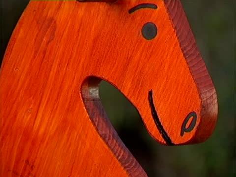vídeos y material grabado en eventos de stock de primer plano de caballo de juguete de madera balancín rojo - balancearse