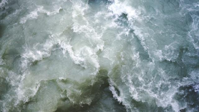 nahaufnahme des flussflusses in den schweizer alpen - in bodenhöhe stock-videos und b-roll-filmmaterial
