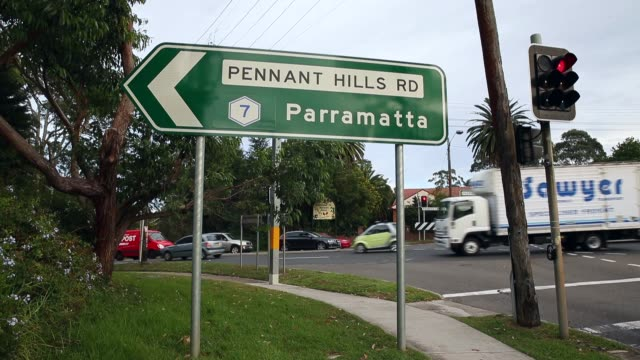 vídeos de stock e filmes b-roll de close up of road sign as commuters drive during peak hour head from pennant hills road to the pacific highway in wahroonga on pennant hills road.... - road junction