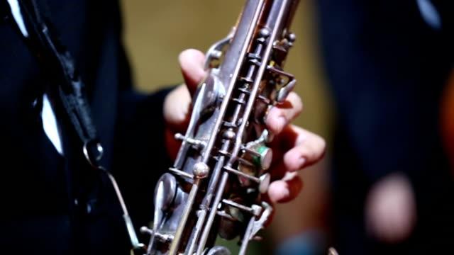 vídeos y material grabado en eventos de stock de primer plano de saxofón players: vdo de alta definición - instrumento de viento