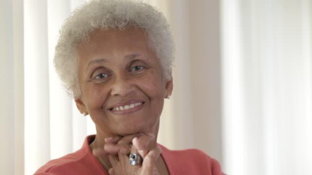 vídeos y material grabado en eventos de stock de close up of senior african american smiling - mano en la barbilla