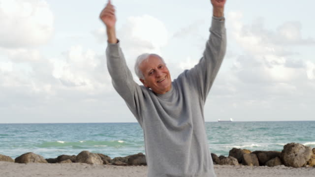 stockvideo's en b-roll-footage met close up of senior caucasian man enjoying the beach - senioren mannen