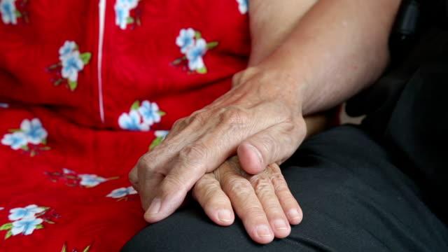 Close-up di Coppia Senior tenendo le mani
