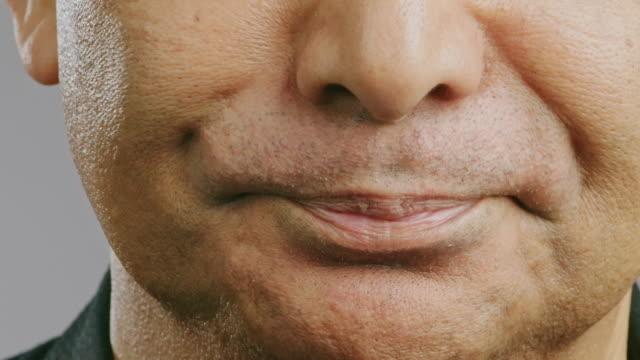 vídeos y material grabado en eventos de stock de de cerca de la boca del hombre mayor, excerreelen el músculo, se muevan. hombre asiático, macro tiro. - malos olores