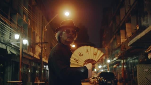 nahaufnahme von schweren mafia gesicht - chinesische kultur stock-videos und b-roll-filmmaterial