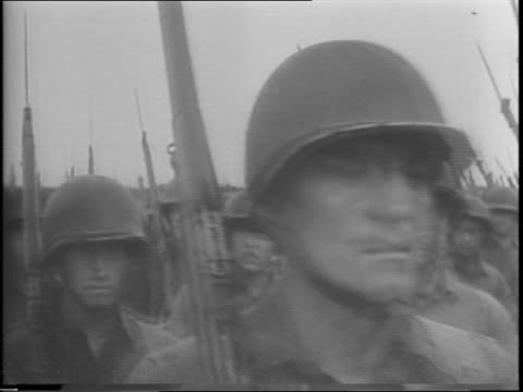 vídeos de stock e filmes b-roll de close up of soldier passing on jeep / row of armed military vehicles passes / row of armed jeeps passes / rows of soldiers with bayonets marching /... - baioneta