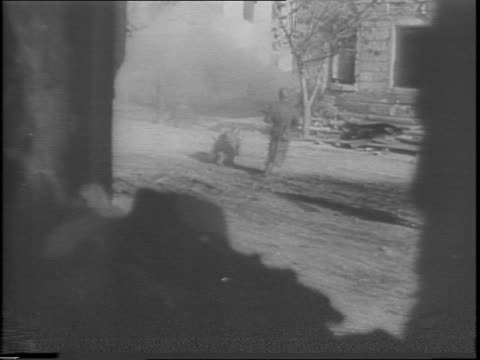 vídeos de stock, filmes e b-roll de close up of soviet soldier firing gun from destroyed building / long shot of nazi soldier getting hit and falling / long shot of nazi soldier getting... - paramount building