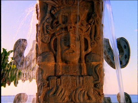 stockvideo's en b-roll-footage met close up of statue in fountain (totem pole?) / cancun - menselijke vorm