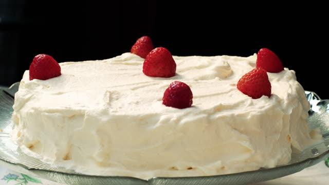 stockvideo's en b-roll-footage met close-up van strawberry cake met room in de tuin - aardbei