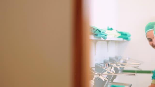 vídeos y material grabado en eventos de stock de close up of surgeons brushing hands - miembro humano
