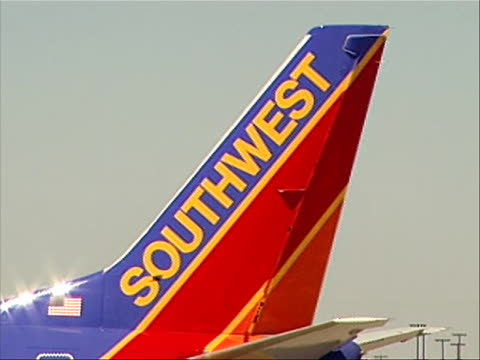 close up of tail of southwest plane that made an emergency landing in yuma, arizona on april 1, 2011 due to structural problems. this caused the... - südwesten stock-videos und b-roll-filmmaterial