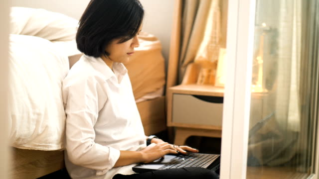 Nahaufnahme von Thai zarte Frauenhand arbeitet mit Design-Prozess mit Computer Laptop in ihrem Schlafzimmer-arbeiten zu Hause mit small Business