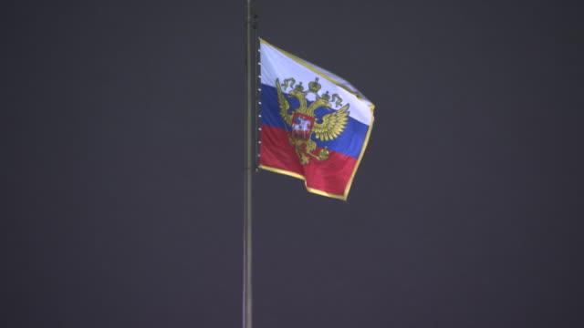 close up of the russian federation flag on top of a building. - ryssland bildbanksvideor och videomaterial från bakom kulisserna