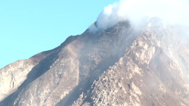 close up of the unstable and dangerous lava dome at sinabung volcano in sumatra indonesia on 19th june 2015 - kuppeldach oder kuppel stock-videos und b-roll-filmmaterial