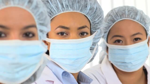vidéos et rushes de close up of three multiracial female scientists - charlotte médicale ou sanitaire