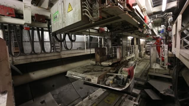 close up of track laying machine laying track in crossrail tunnel work continues on the multi million pound crossrail project on april 24 2013 in... - クロスレール路線点の映像素材/bロール