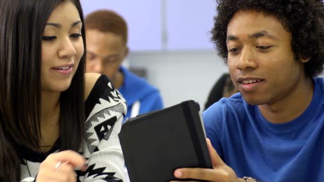 vídeos y material grabado en eventos de stock de primer plano de dos estudiantes usando una tableta digital - laboratorio de ordenadores