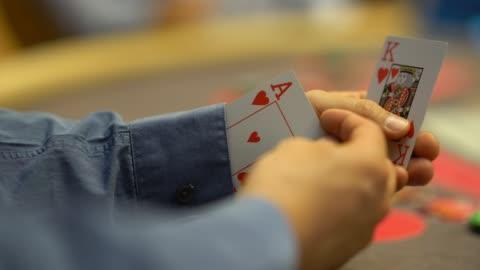 nahaufnahme von unkenntlich mann betrug am blackjack-tisch - poker stock-videos und b-roll-filmmaterial