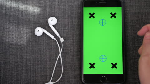 närbild på med smart telefon med grön skärm och hörlurar - mall bildbanksvideor och videomaterial från bakom kulisserna
