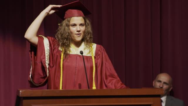 stockvideo's en b-roll-footage met close up of valedictorian showing mortarboard message at graduation / mapleton, utah, united states - toespraak