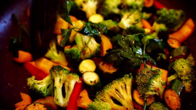 クローズアップの野菜の揚げて - オレンジピーマン点の映像素材/bロール