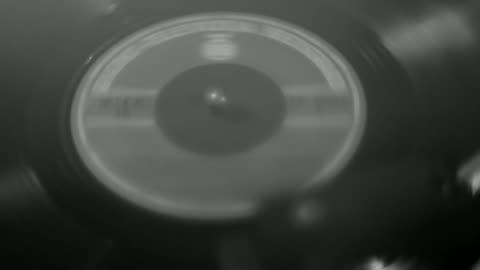 ターンテーブルでのレコードのスピンのクローズアップ - ディスク点の映像素材/bロール