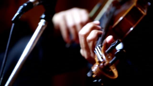 vídeos de stock, filmes e b-roll de close-up de violino violoncelo jogadores: hd vdo - teatro clássico