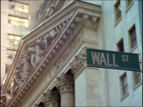 "vidéos et rushes de close up of ""wall st "" sign in front of stock exchange building / nyc - plaque de rue"