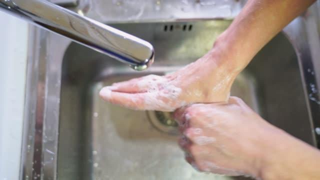 stockvideo's en b-roll-footage met sluit omhoog van het wassen van handen - beeldtechniek