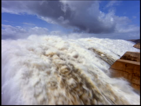 close up of water flowing over dam / itaipu, parana, brazil - beliebiger ort stock-videos und b-roll-filmmaterial