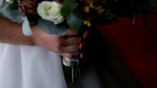vídeos de stock e filmes b-roll de close up of wedding bridal bouquet - trílio