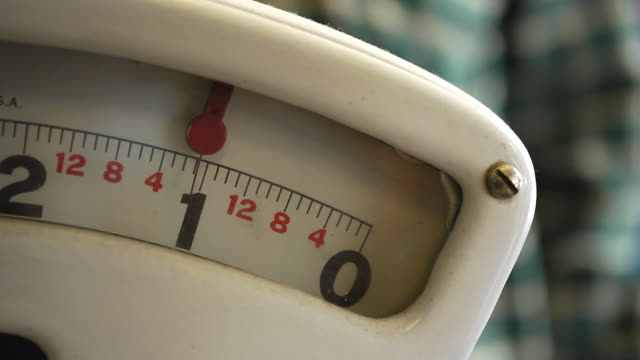 close up of weight scale - waage gewichtsmessinstrument stock-videos und b-roll-filmmaterial