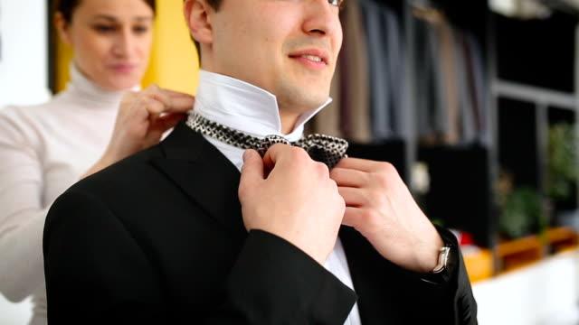 vídeos de stock, filmes e b-roll de close-up de homem bem vestido, usando gravata borboleta - gravata borboleta