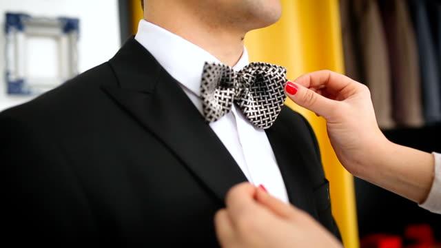 vídeos de stock, filmes e b-roll de close-up de homem bem vestido, usando gravata borboleta - calça comprida