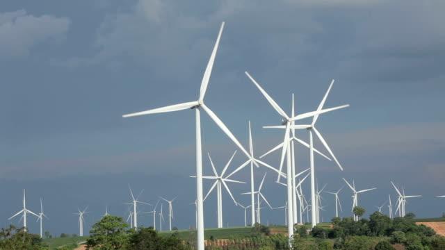 Close up van windturbines in de blauwe hemel