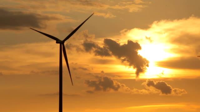 Close-up van windturbines op zonsondergang