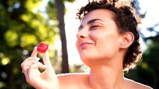 vidéos et rushes de gros plan de femme mangeant des fraises - fraise