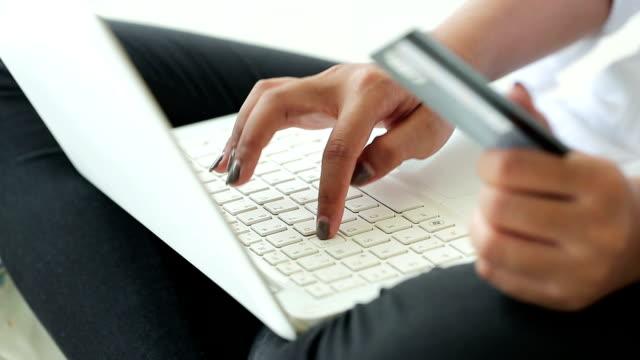 オンライン ショッピングのクレジット カードを使う女性手のクローズ アップ - 金銭に関係ある物点の映像素材/bロール