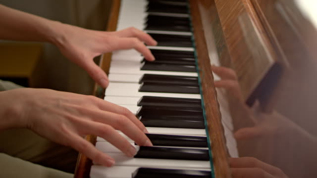 vídeos de stock e filmes b-roll de close up of woman hands classic piano playing - pianista