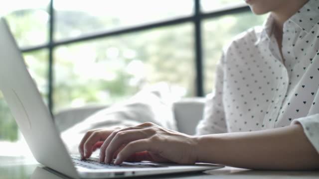 vídeos y material grabado en eventos de stock de primer plano de las manos de la mujer usando la computadora portátil - luz brillante