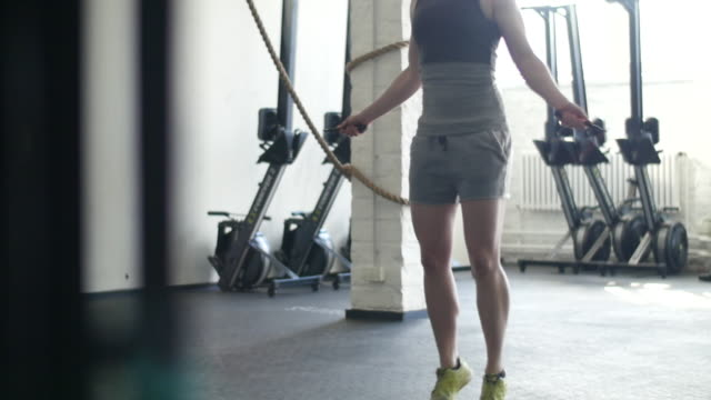 vídeos de stock e filmes b-roll de close up of woman jumping rope - corda de saltar